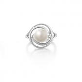 Ring with white pearl