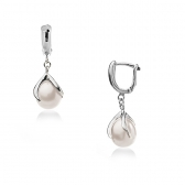 Earrings with white pearls