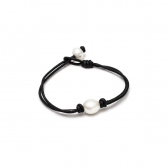 Leather bracelet with white pearl