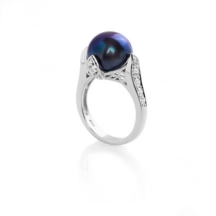 Ring with black pearl and zirconia